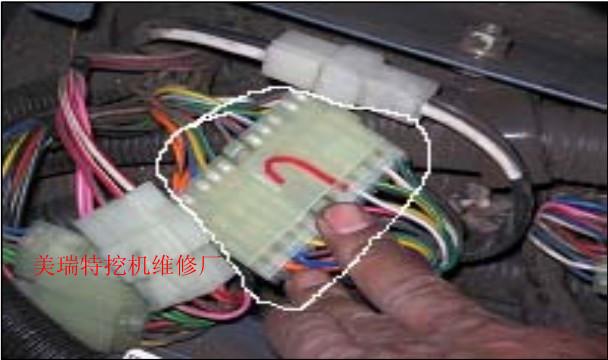 """师傅""""斗山DH55型挖机发动机转速不稳定,忽高忽低""""故障现场检查:   1 检查挖机油门旋钮,输入电压5V,输出电压 1-4 V,正常.   2 检查油门控制器,各端子输出、输入均正常.   3 检查油门马达,4、5端子电压24V,1、3端子电压5V,1、2端子电压1-4V,正常.   4 检查EPOS控制器,各端子输出、输入均正常."""