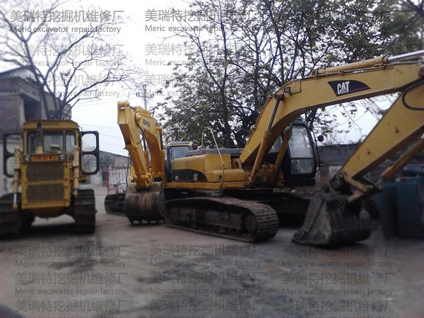 美瑞特挖掘机维修厂门口待修挖机